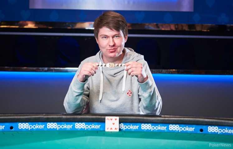 Денис Стребков держит в руках свой первый браслет WSOP